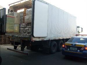 Produtos apreendidos estavam entre carga de frango congelado (Foto: Divulgação/PRF)