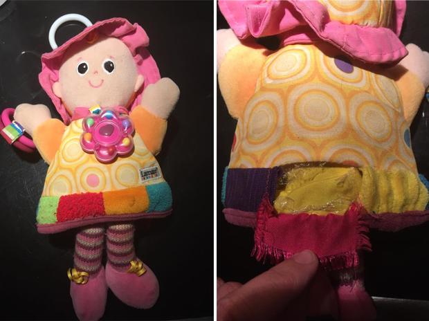 A boneca rasgada (Foto: Facebook)