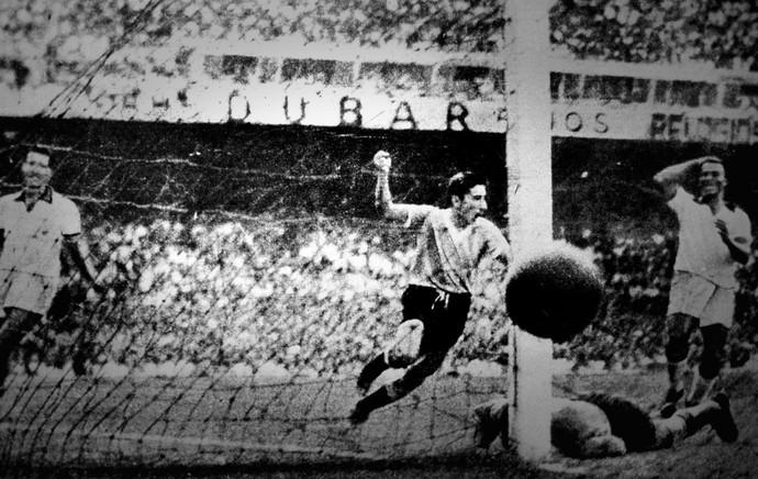 Gigghia faz o gol do título em 1950: longa tem imagens inéditas da conquista (Foto: Agência AP)