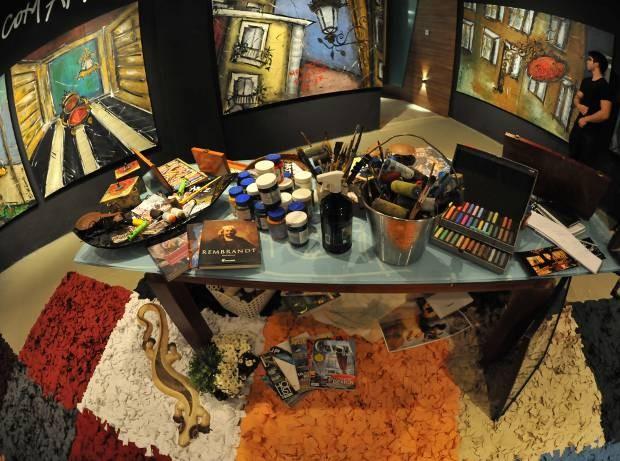 Painéis escuros destacam obras multicoloridas de 'Um olhar para Belém', exposição da artista Cíntia Ramos que segue para visitação até o próximo dia 31. (Foto: Divulgação)