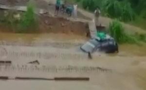 Família escapa por pouco de carro engolido por enchente na Bolívia (Foto: BBC)