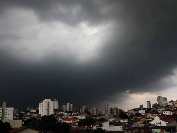 Nuvens carregadas são vistas na Zona Norte de São Paulo, SP, neste sábado (20). (Foto: Willians Queiroz/Futura Press/Estadão Conteúdo)