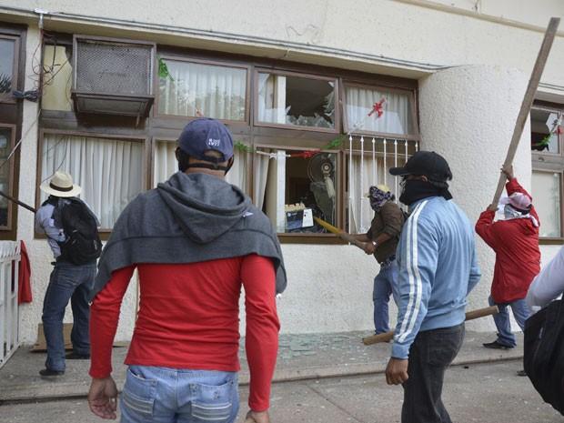 Manifestantes quebram janelas da prefeitura de Iguala, no México (Foto: AP Photo/Alejandrino Gonzalez)