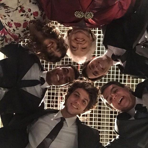 Chay Suede mostra elenco de 'Babilônia' em clima de despedida (Foto: Reprodução/ Instagram)
