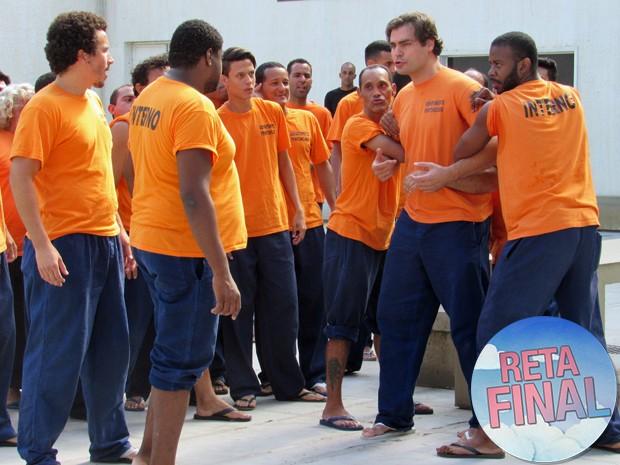 Marcos discute com outros detentos (Foto: Gshow)