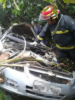 Com o impacto, carro ficou completamente destruído (Foto: Divulgação/Bombeiros)