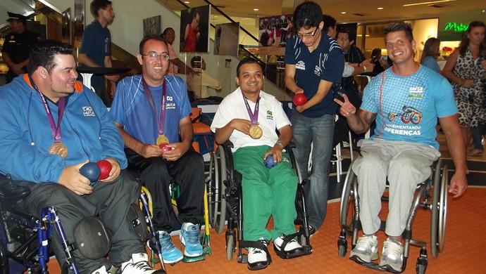 Fernando Fernandes e atletas da seleção brasileira de Bocha (Foto: Klênyo Galvão)