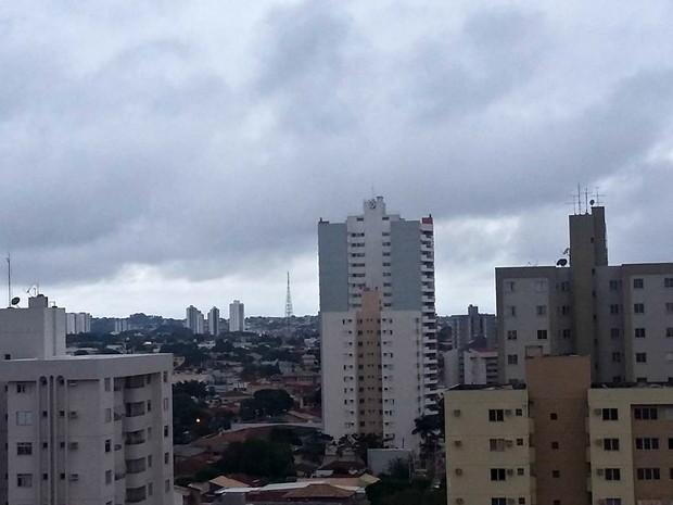 Céu na tarde desta segunda-feira (30) visto do Centro de Campo Grande (Foto: Josane Cruz/Arquivo pessoal)