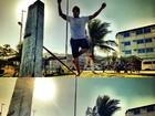 Em tarde de folga, Caio Castro pratica slackline em praia do Rio