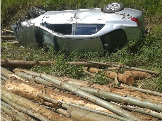 Carro capotou após ser atingido por tora de madeira (Foto: Marcos Aparecido de Lima/ TEM Você)