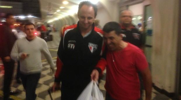 Rogério Ceni recebe apoio de torcedor em aeroporto (Foto: David Abramvezt)
