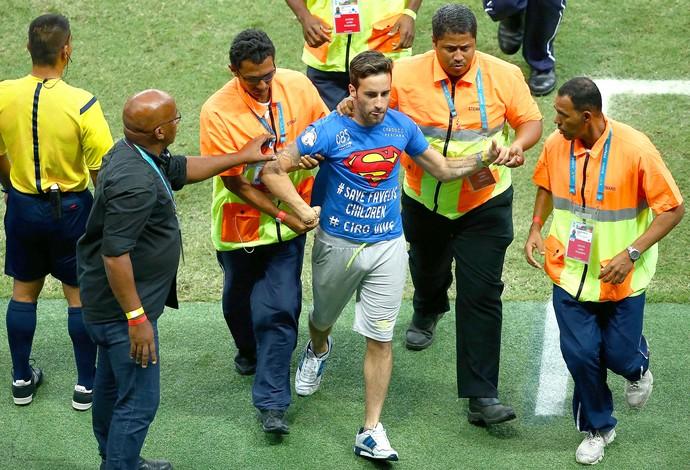 torcedor invade jogo Estados Unidos x Bélgica Arena Fonte Nova (Foto: Getty Images)