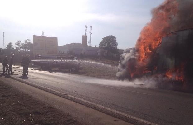 Fogo começou no motor e se espalhou rapidamente pelo caminhão, em Anápolis, Goiás (Foto: Divulgação/Corpo de Bombeiros)