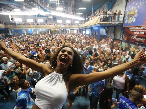 Valeska Reis, Rainha de Bateria da Império de Casa Verde, comemora a conquista do título do Grupo Especial do Carnaval 2016 de São Paulo (Foto: Daniel Teixeira/ Estadão Conteúdo)
