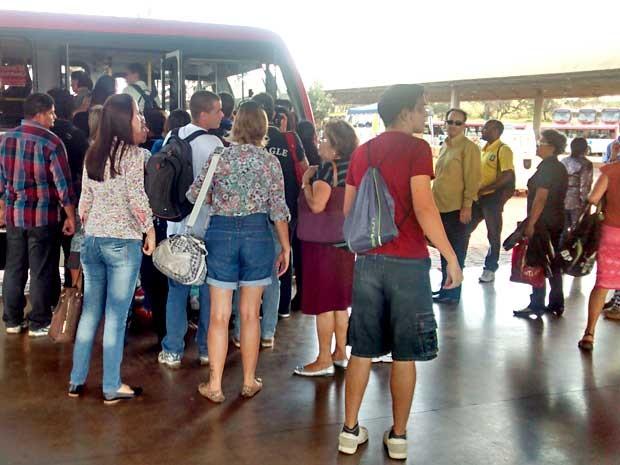 Passageiros do Metrô-DF em fila para embarcar em ônibus para a Esplanada; usuários pagaram passagem, apesar do DFTrans disponibilizar transporte gratuito após pane elétrica no sistema (Foto: Lucas Nanini/G1)