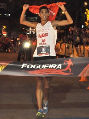 Eberth Silva Campeão Corrida da Fogueira 2014 (Foto: Carlos Mendonça PJF/ Divulgação)