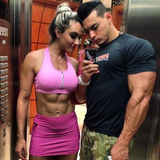 Juju Salimeni posa com o noivo, Felipe Franco, em elevador (Foto: Instagram/ Reprodução)