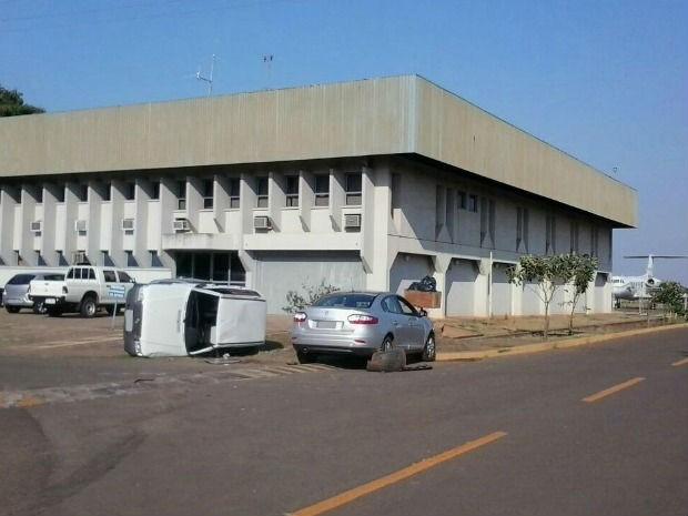 Carro tomba após colisão com outro no aeroporto de Campo Grande (Foto: Laureane Schimidt/TV Morena)