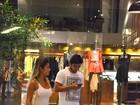Bruno Gissoni passeia com loira em shopping do Rio