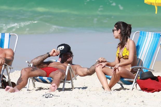 Lucas Lucco e morena em praia (Foto: Dilson Silva / Agnews)