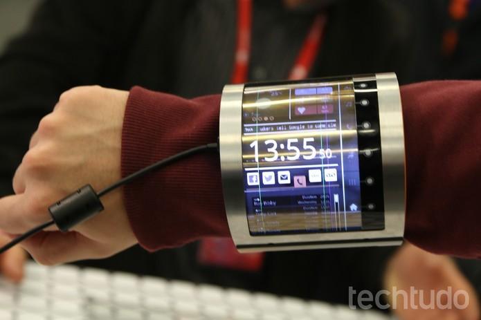 Tela OLCD é dobrado no pulso em formato de bracelete (Foto: Fabricio Vitorino/TechTudo)