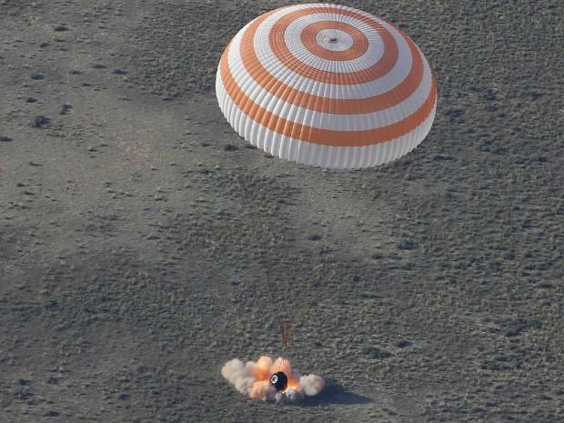 Cápsula da Estação Espacial Internacional (ISS) com os cosmonautas chega ao Cazaquistão (Foto: Dmitry Lovetsky/Pool/Reuters)