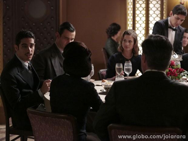 Décio é desagradável em jantar feito em sua homenagem (Foto: Felipe Monteiro/TV Globo)