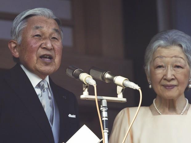 Imperador japonês Akihito durante seu discurso de Ano Novo ao lado da imperatriz Michiko (Foto: Koji Sasahara/AP Photo)