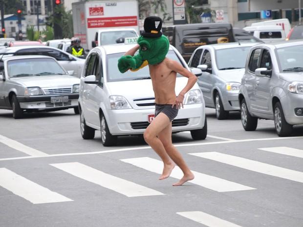 Rapaz atravessa Avenida Paulista, em São Paulo (SP), só de cueca e com uma máscara de crocodilo na cabeça. Ele participava de trote de calouros da Fundação Getúlio Vargas.  (Foto:  J. Duran Machfee/Futura Press/Estadão Conteúdo)
