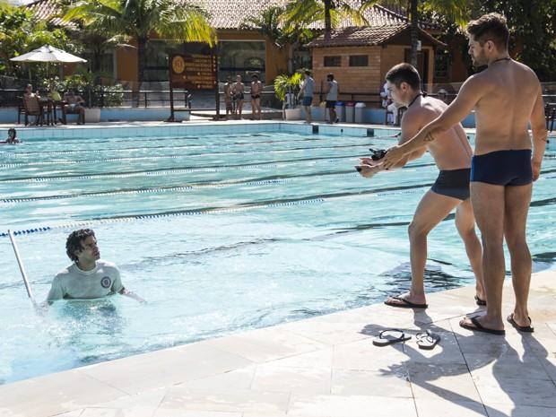 Emerson cai na piscina (Foto: Raphael Dias / Gshow)