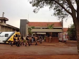 Polícia Militar atua na negociação com os detentos rebelados na Penitenciária Estadual de Maringá (Foto: Solange Riuzim/RPC TV)