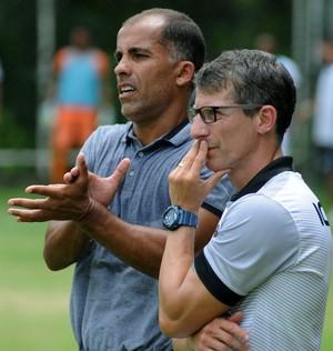 Felipe e Pedrinho observam o jogo na beira do campo (Foto: Alexandre Durão)