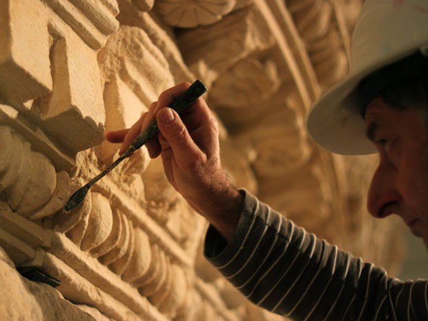 Restaurador trabalha na reconstrução do túmulo que foi do rei Herodes, que será tema de uma exposição em Israel (Foto: Daniel Estrin/AP Photo)