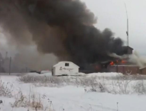 Bombeiros de cidade no Canadá não conseguiram extinguir as chamas no prédio da própria corporação (Foto: Reprodução/YouTube/Ivy Cuervo)