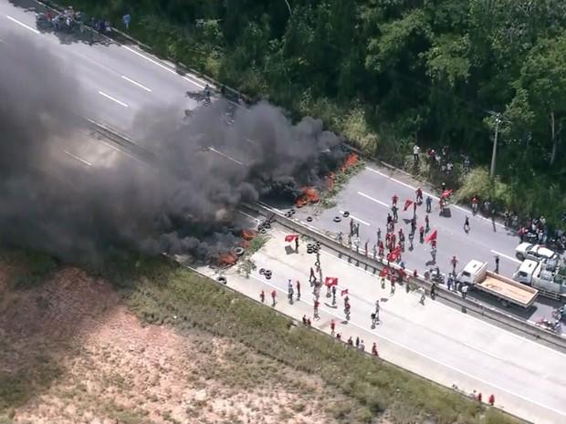 Trecho da BR-408 está interditado pelos integrantes do MST (Foto: Reprodução/TV Globo)