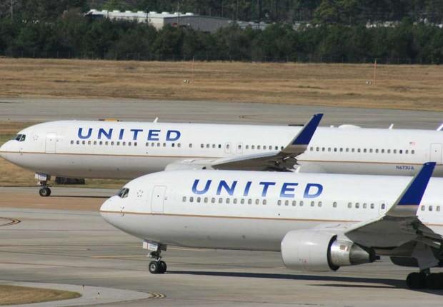 Aviões da companhia aérea United Airlines são vistos no aeroporto de Nova York (Foto: Getty Images)