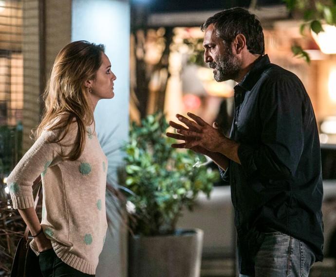 Miguel quer saber se Júlia ainda tem sentimentos por Pedro (Foto: Inácio Moraes / Gshow)