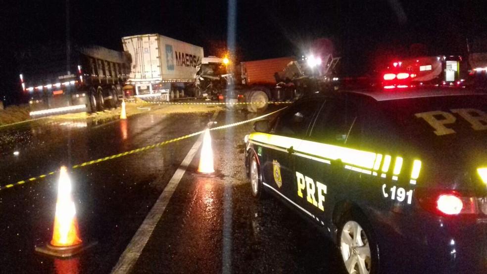 Acidente envolveu quatro caminhões na BR-277 (Foto: Divulgação/PRF)
