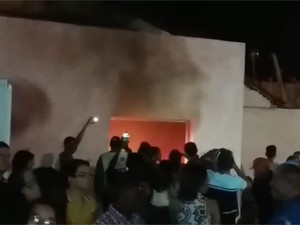 Bilheteria da casa de show foi incendiada durante confusão (Foto: Divulgação/PM)