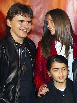 Os três filhos de Michael Jackson, Prince Michael, Paris e Prince Michael 2º, assistiram à estreia do show (Foto: Reuters)