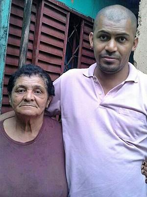 O médico Cícero Pereira Batista, de Brasília, com a mãe, na casa da família (Foto: Cícero Pereira/Arquivo Pessoal)