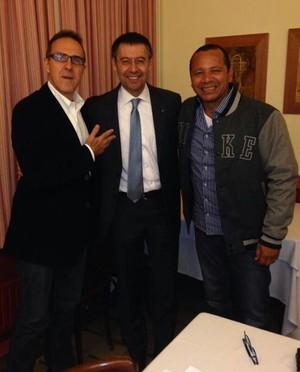Josep maria bartomeu presidente do Barcelona ao lado do empresário Wagner Ribeiro e do Pai de Neymar (Foto: Reprodução / Twitter)