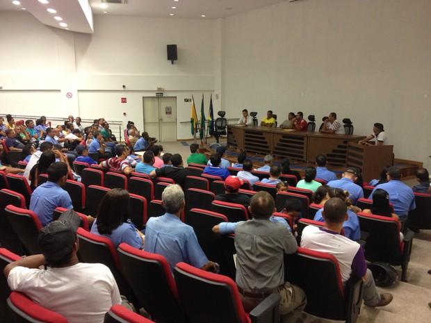 Trabalhadores do transporte público urbando participaram de reunião no MPT nest sexta-feira, 8 (Foto: Toni Francis/G1)
