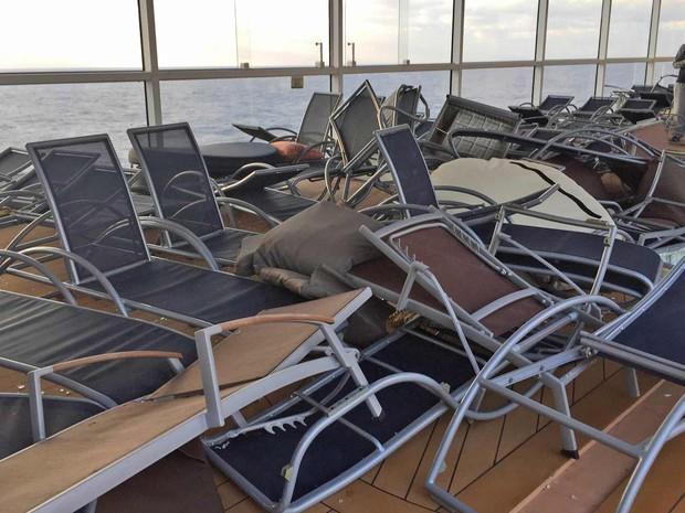 Cadeiras espalhadas após tempestade que atingiu navio em que estava o médico de Brasília Flávio Cadegiani (Foto: Flávio Cadegiani/Arquivo Pessoal)