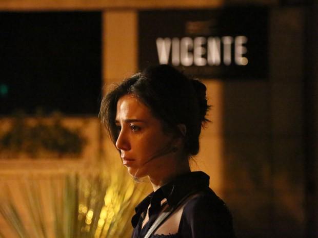 Cora corre até o restaurante Vicente e conta para Isis sobre morte de Zé (Foto: Carol Caminha/ Gshow)