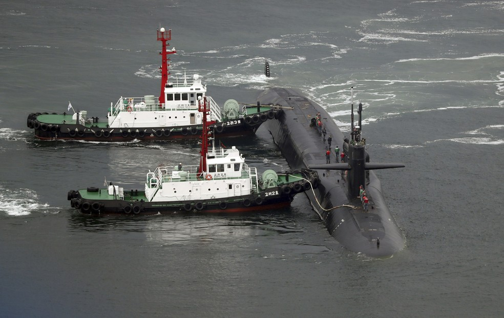 Submarino USS Michigan é reabastecido nesta terça-feira (25) no porto de Busan, na Coreia do Sul (Foto: Jo Jung-ho/Yonhap via AP)
