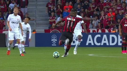 """""""Recolher os cacos o mais rápido possível"""", diz Gallo após goleada para o Atlético-PR"""