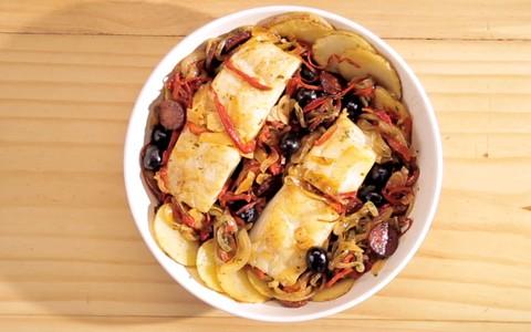 Bacalhau com batata, cebola, pimentão e azeitonas