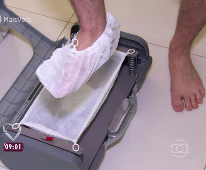 Tiago Leifert mostra engenhoca que põe toquinha no pé do visitante (Foto: TV Globo)