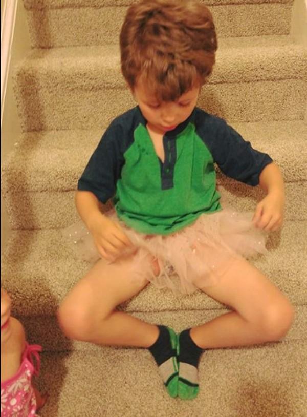 Devon Berryann escreveu uma carta aberta em defesa ao filho que gosta de pintar as unhas e vestir tutu (Foto: Reprodução Facebook)